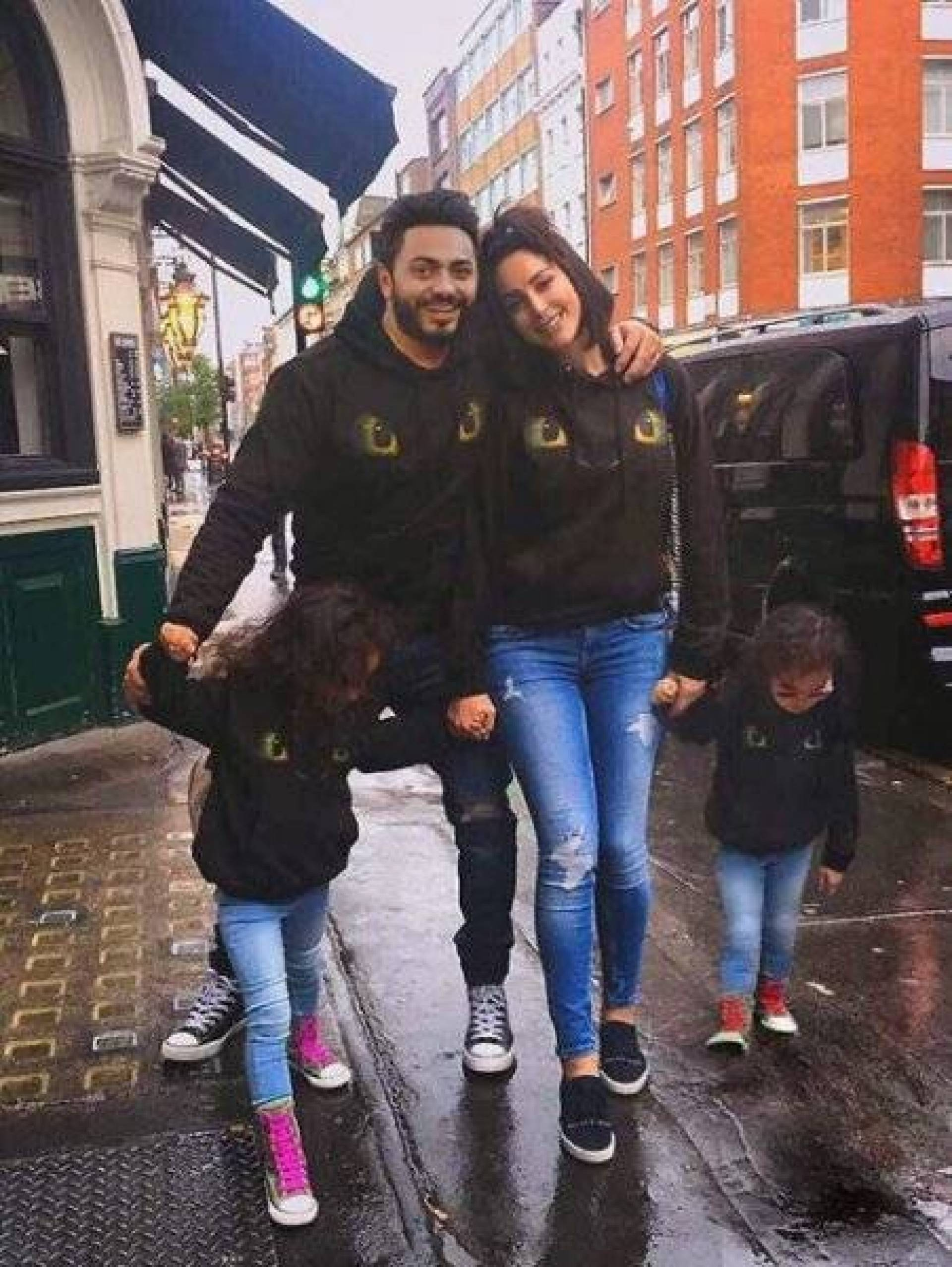 بالفيديو والصور - تامر حسني وزوجته يحتفلان بميلاد ابنتيهما بأجواء فخمة.. ديكور مميز وتجهيزات خاصة